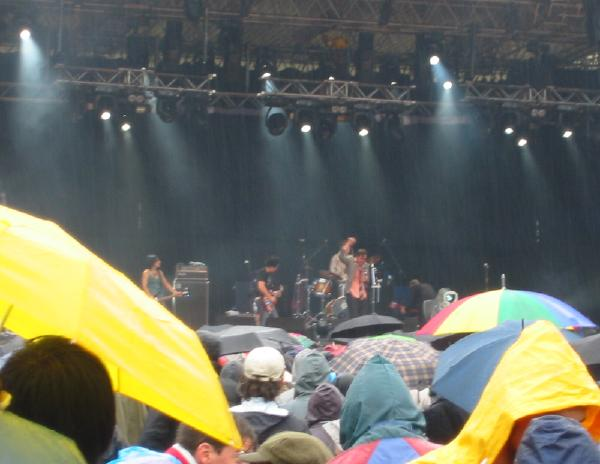 Art Brut playing in the rain. We love umbrellas