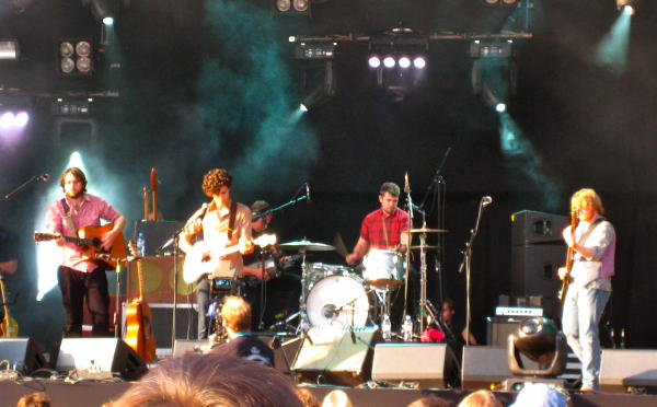 Noah and the Whale minus their violinist/piano guy on the main stage at Haldern 2009