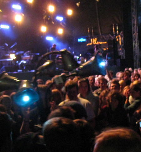 Patrick Watson with strange speaker thing in the crowd at Haldern Pop 2009