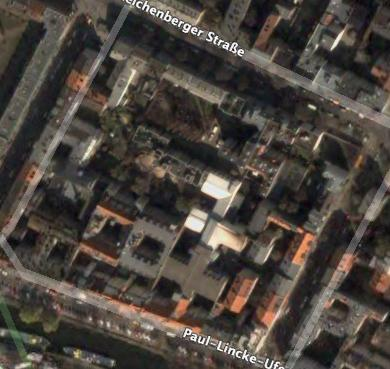 Block with many houses inside it in Berlin (Image from Google Earth)