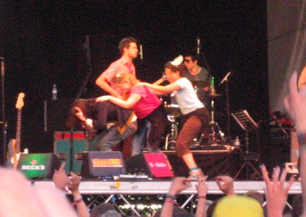 Adam Green on stage at Hurricane 2006, dancing with two girls