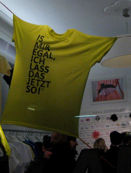 T-Shirt saying »Is mir egal, ich lass das jetzt so« – I don't care, I'll leave it like this.