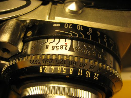 Upper side of the lens with the exposure time and f-stop scales.