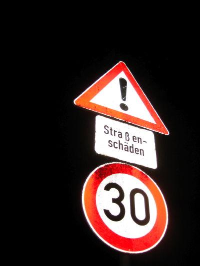 Road sign Straßenschäden